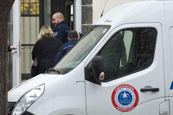 Cécile Bourgeon à son arrivée au palais de justice de Riom où elle est jugée devant la cour d'assises du Puy-de-Dôme pour la disparition et la mort de sa fille, Fiona, en mai 2013.
