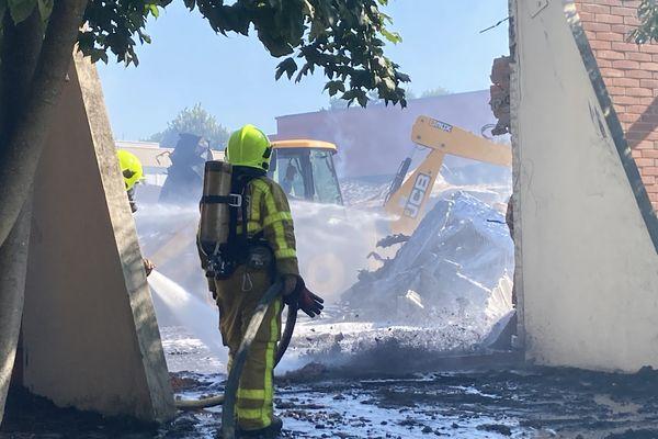 Trente pompiers sont toujours mobilisés ce dimanche matin pour éteindre les restes de l'incendie.