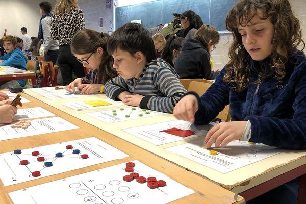 Les élèves de 6ème et de CM2 jouent aux mathématiques
