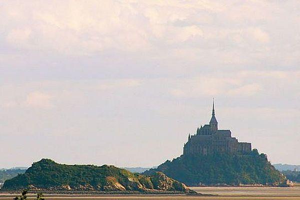 L'ilôt Tombelaine et le Mont-Saint-Michel à marée basse