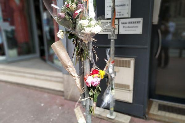 Depuis lundi 26 juillet et la découverte du corps de Maxime, la victime, ses proches sont venus déposer des fleurs à l'entrée de son immeuble situé au 84 rue Jeanne d'Arc à Rouen.