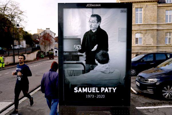 Une affiche hommage à Samuel Paty à Conflans-Sainte-Honorine où ce professeur de collège a été décapité par un terroriste islamiste le 16 octobre 2020