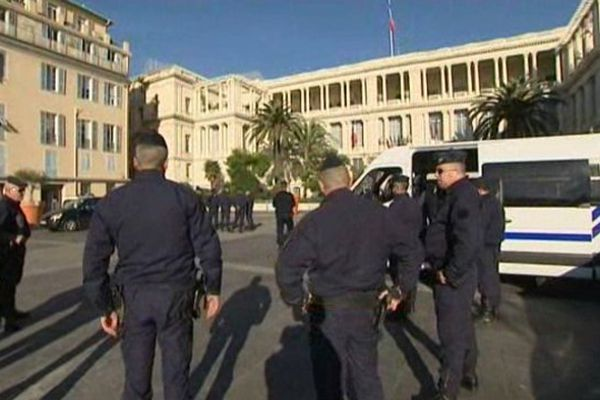 Un important dispositif policier a été déployé aux environs du palais de justice de Nice.