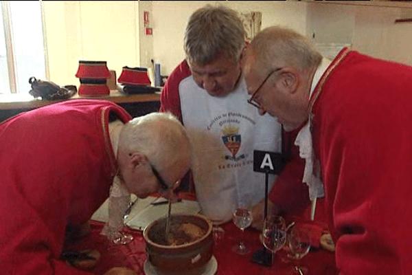 Le concours de la tripière d'or 2015 a eu lieu ce dimanche à Caen. Pas question de dévier avec la recette traditionnelle; Les jurats sont intraitables.