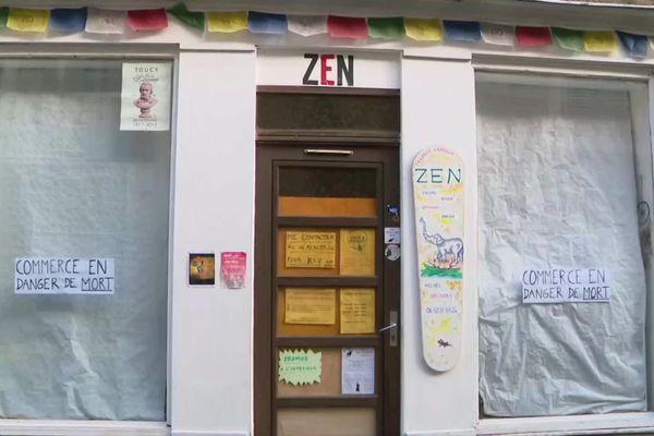 Les commerçants de Toucy ont placardé des affiches sur les vitrines de leur boutique pour alerter sur leurs difficultés.