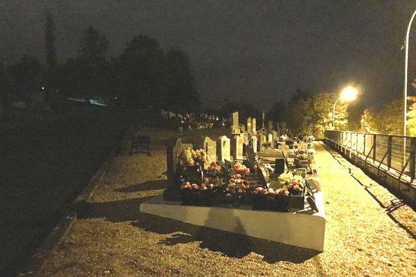 Plongé dans le noir, le cimetière a été éclairé par des gendarmes portant de puissants projecteurs.
