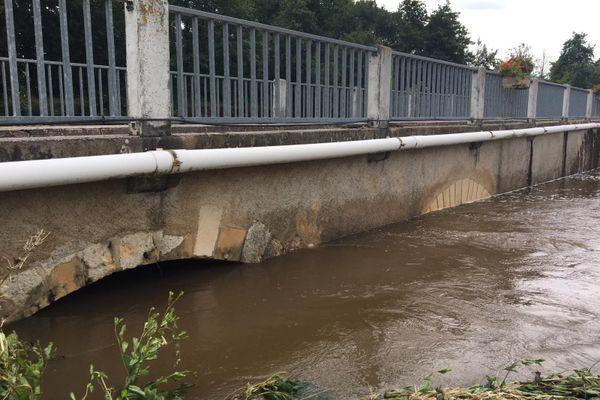 La montée des eaux visible au niveau des arches du pont de Bélâbre.