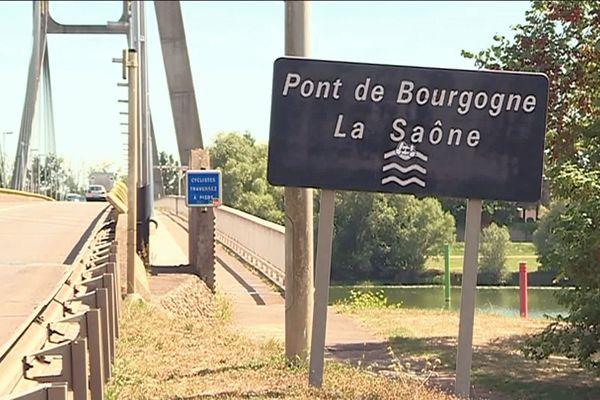 Le pont de Bourgogne a été construit entre 1990 et 1992 sur la Saône. Prévu pour durer 100 ans, il peut toujours supporter un trafic quotidien de 25 000 véhicules par jour.