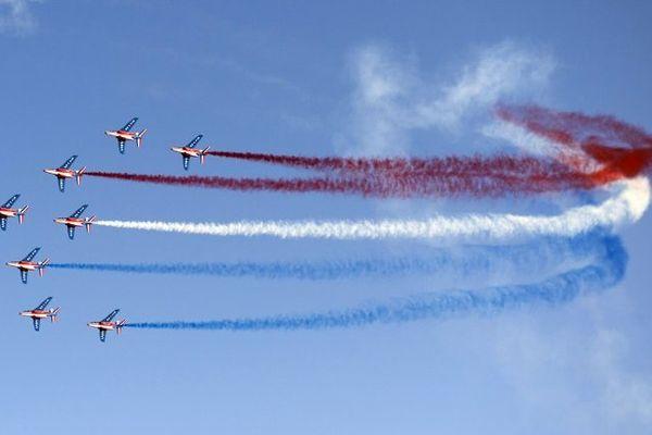 Les huit alpha jet de la patrouille de France au dessus du porte-avions Charles-de-Gaulle ce 15 août.