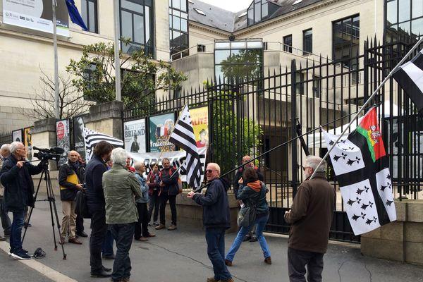 Les militants de Bretagne réunie le jeudi 16 mai 2019 devant le Conseil départemental de Loire-Atlantique