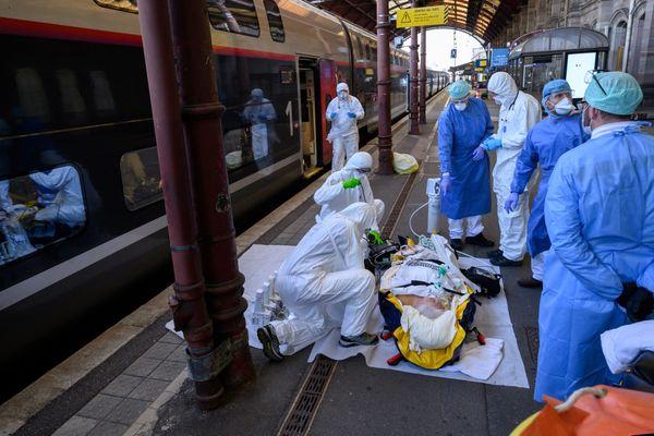 La gare de Strasbourg ce vendredi, un patient est en cours de transfert à bord du TGV médicalisé.