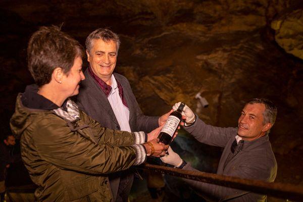 """Les spécialistes ont dégusté en juin 2021 la première cuvée enfouie dans le gouffre et ont décrit un vin """"charnu, équilibré, soyeux et pourtant alerte""""."""