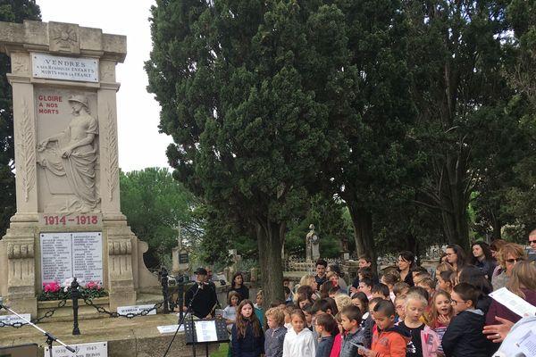 Commémoration du 11 novembre avec les enfants de la commune de Vendres dans l'Hérault. Novembre 2018.