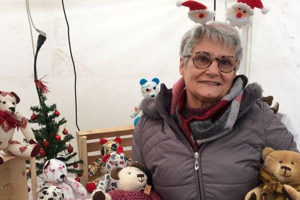 Au marché de Noël de Charroux (Allier), Brigitte Laboisse propose aux enfants de participer à la confection de leur ourson.
