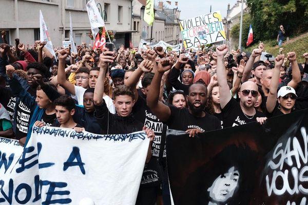 Trois ans après la mort d'Adama Traoré, la famille a manifesté dans les rues de Persan et de Beaumont-sur-Oise (Val-d'Oise), soutenue par des Gilets jaunes et des Gilets noirs.