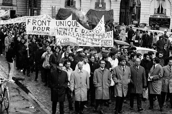 11 mai 1968, manifestation unitaire enseignants et étudiants, place de la Libération à Dijon