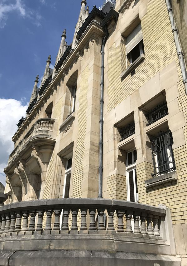 L'extérieur de l'Hôtel Bouctot-Vagniez. La façade ouest avec les pierres de taille et les briques jaunes.
