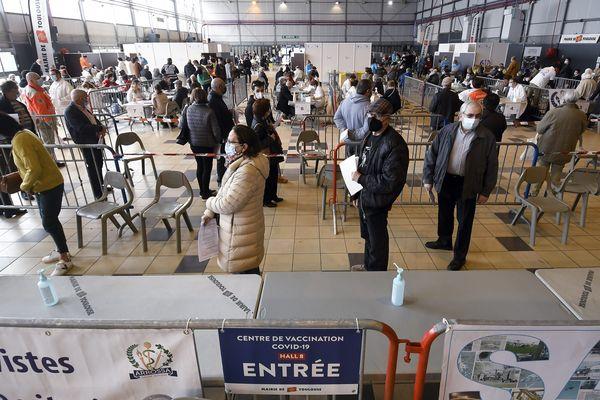 Mis en service le 28 mars, le vaccinodrome de Toulouse assure près de 1 000 injections par jour.