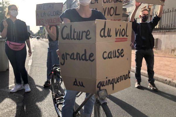 Des manifestants protestent contre la visite du ministre de l'Intérieur Gérald Darmanin à Dijon vendredi 10 juillet 2020.