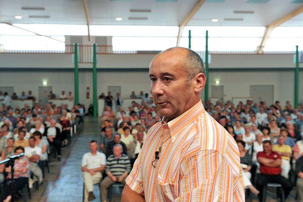 Loïc Sécher le 01 juillet 2011 à Belligné en Loire-Atlantique, avec les membres de son comité de soutien, il venait d'être acquitté par la cour d'assises de Paris à l'issue de son procès en révision