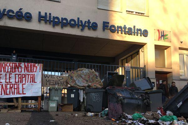 Des barricades ont été dressées devant le lycée Hippolyte Fontaine de Dijon ce mardi 5 février 2019.