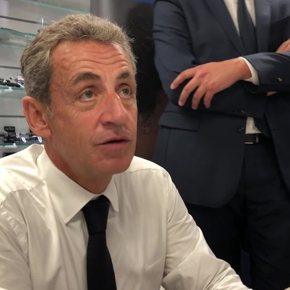 Singes Et Negres En Dedicace A Chalon Nicolas Sarkozy N A Pas L Intention De Commenter Une Polemique Indigne