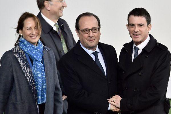 Ségolène Royal, ministre de l'Ecologie, en compagnie de François Hollande, premier ministre et Manuel Valls, premier ministre lors du sommet des chefs d'Etat de la COP21.
