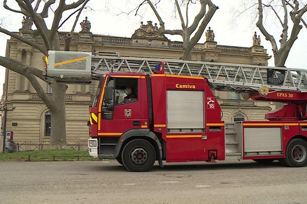 Les pompiers devant le musée Fabre à Montpellier : pas de panique ! Ils sont en stage pour apprendre à sauver ses plus précieux tableaux en cas de sinistre.