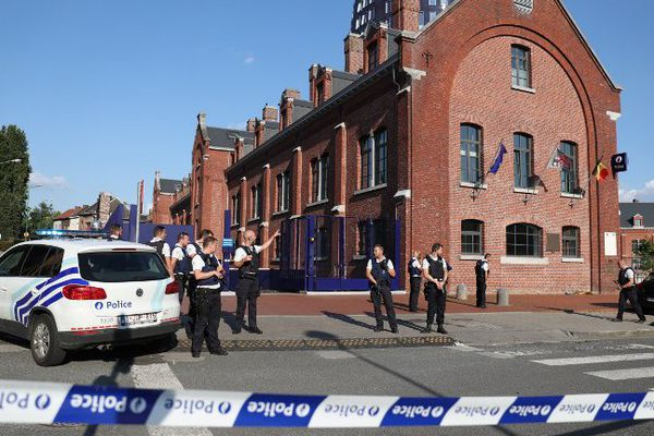 La zone entourant le commissariat de Charleroi bouclée par la police le 8 août dernier, juste après l'attaque.