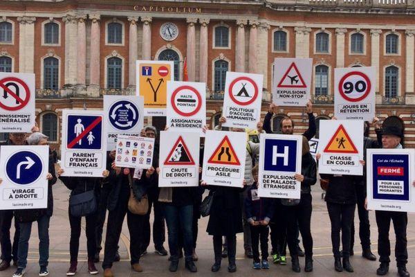 Les militants de la Cimade ont notamment manifesté devant le Capitole à Toulouse pour dire leur opposition à la loi asile et immigration.