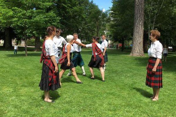 Une compagnie de danse écossaise dans les jardins de l'Europe pour fêter les 60 ans du jumelage d'Annecy avec Cheltenham
