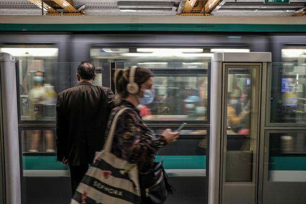 Le métro parisien pendant les heures de pointe à gare de Lyon.