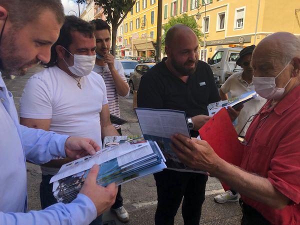 Tony Casalonga défend le programme d'Ecologia Sulidaria face à des sympathisants de la liste Core in Fronte qui eux mêmes distribuent leurs tracts.