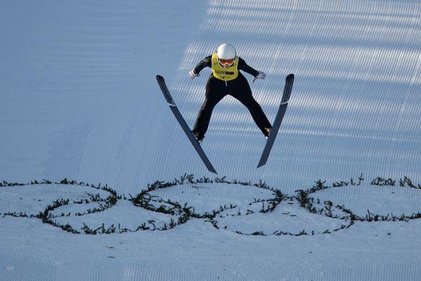 Josephine Pagnier en action dans l'épreuve de saut à ski de la compétition par équipes nordiques