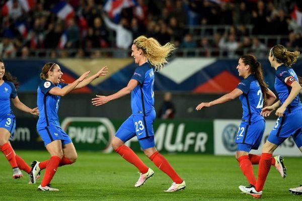 Kheira Hamraoui après un but marqué lors du match entre la France et l'Ukraine de qualification pour l'Euro féminin 2017.