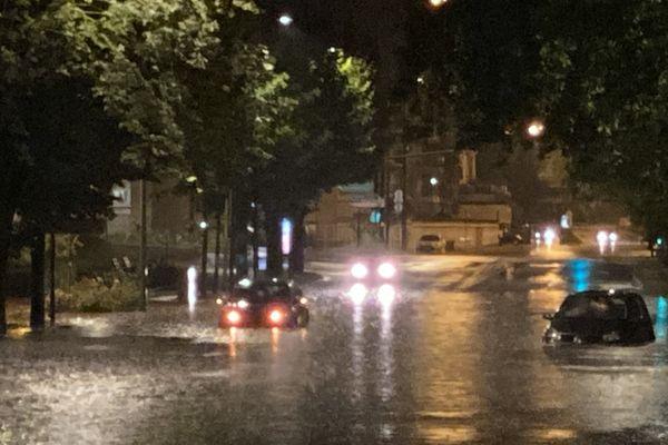 Une route inondée le long du canal à Reims