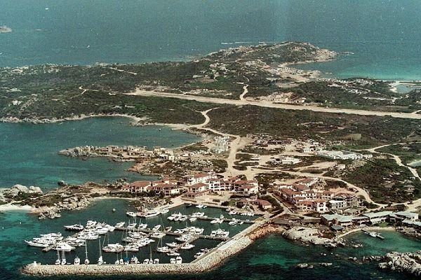 """L'île de Cavallo surnommée """"l'île des milliardaires"""" de l'archipel des Lavezzi, le 8 février 2002."""