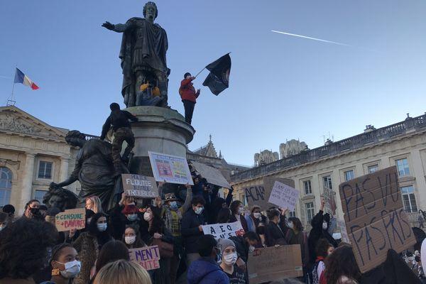 """Les manifestants ont fait étape place Royale, escaladant la statue de Louis XV, à Reims, samedi 28 novembre 2020. Pour dénoncer le projet de loi """"sécurité globale""""."""