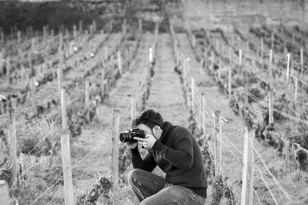 Olivier Colas a plusieurs passions : la photographie, la vigne, le travail des vignerons, le vin, et le patois bourguignon