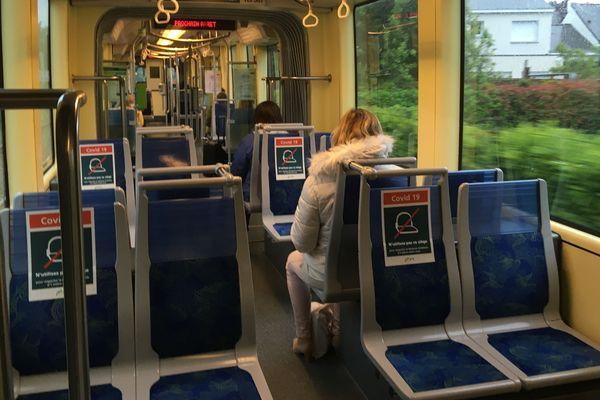 Le tram, ligne 1, était loin d'être bondé ce lundi matin vers 8h, les distances de sécurité pouvaient être respectées.