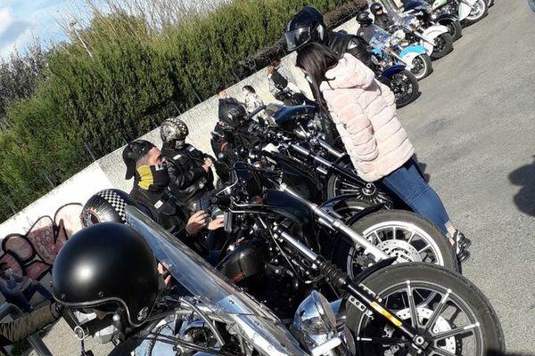 Lag Spirit MC City of Popes en escorte devant un établissement scolaire.