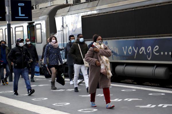 Des voyageurs à l'arrivée du train en gare de Lyon.