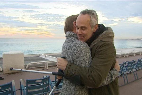 """Greg Krentzman, ému aux larmes, dans les bras de son """"sauveur""""."""