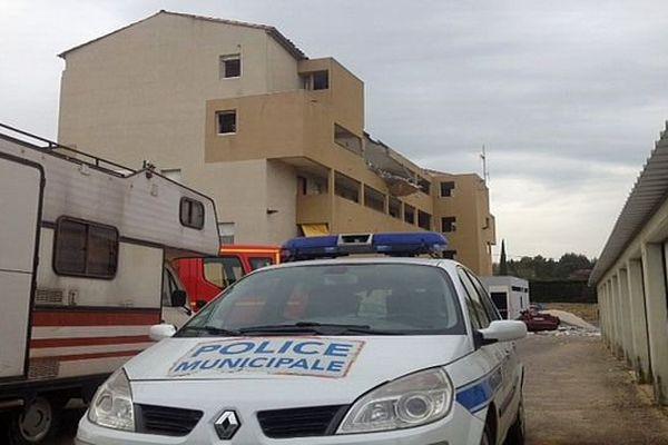 Pont-Saint-Esprit (Gard) - en fond, l'immeuble soufflé par une explosion qui a fait 2 morts et 2 blessés graves. Le 4e étage est détruit à 80% - 16 avril 2015.