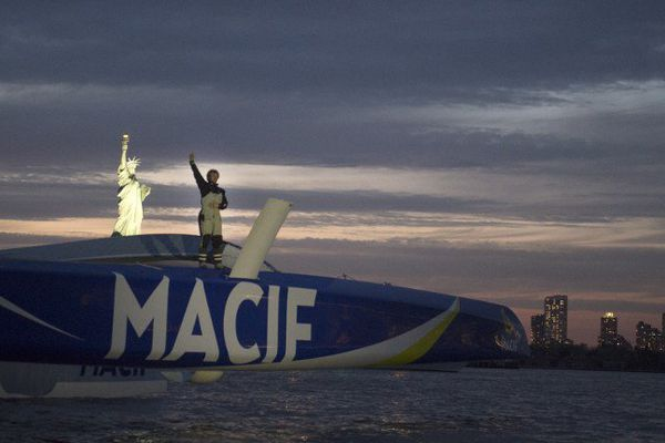 François Gabart devant la statue de la Liberté à New-York