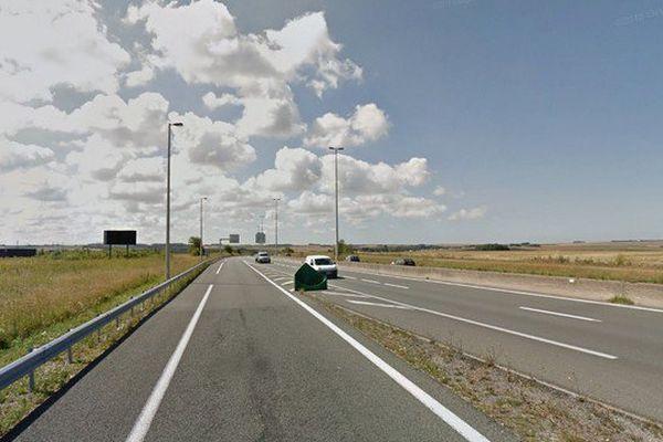 La jeune fille a été trouvée inanimée, sur le bord de l'autoroute.