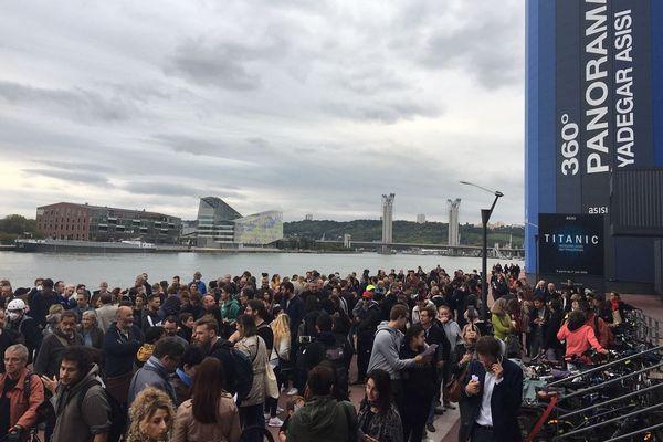 Lundi 30 septembre 2019 - Rassemblement de plusieurs centaines d'habitants de l'agglomération rouennaise sur les quais de Rouen pendant l'assemblée des conseillers communautaires de la Métropole Rouen Normandie en présence du préfet de région Normandie.