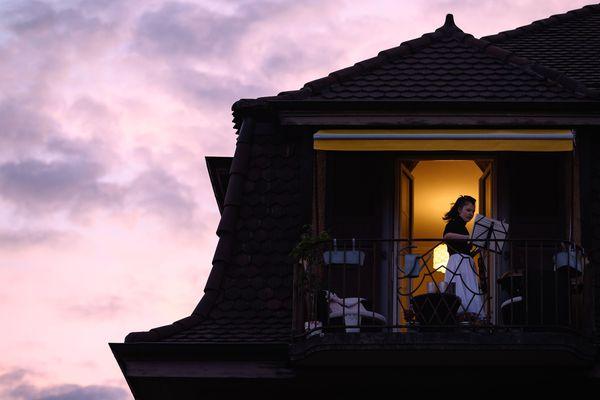 La violoniste suisse Alexandra Conunova s'installe sur son balcon pour jouer de la musique pendant le confinement.