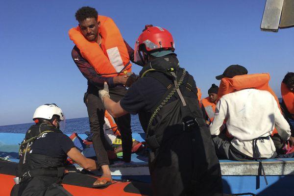 Sauvetage de migrants en mer par le bateau Ocean Viking affrété par l'ONG SOS Méditerranée, basée à Marseille, en juin 2020