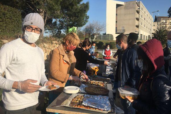 Distribution de repas chauds en face de la cité universitaire à Perpignan le 26 février 2021